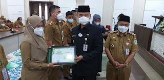 Walikota Jambi Berikan Penghargaan Kepada 10 Orang ASN Wajib Lapor Pelaporan E-LHKPN Tercepat Dan Kategori  Wajib Lapor Pelaporan E-LHKPN  Perangkat Daerah 100 Persen.