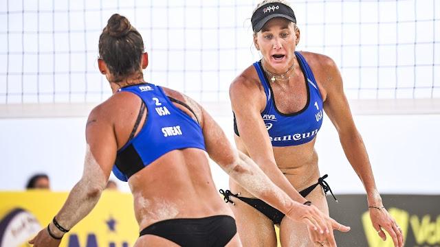 Walsh e Sweat se cumprimentando em partida do Circuito Mundial de vôlei de praia