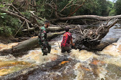 Cek Kondisi Wilayah,  Koramil 05/ Ketungau Hulu Bantu Warga Lewati Anak Sungai