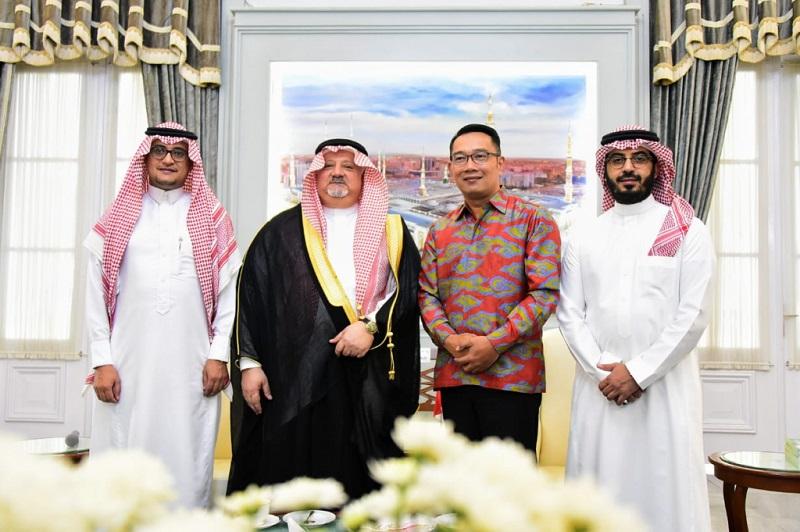 Kang Emil Beri Dubes Arab Saudi Buku Investasi Jabar