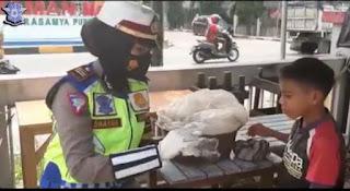 Ditengah Ops Zebra, Kasat Lantas Polres Pinrang AKP Darmawati Berikan Ini ke Bocah Penjual Jagung