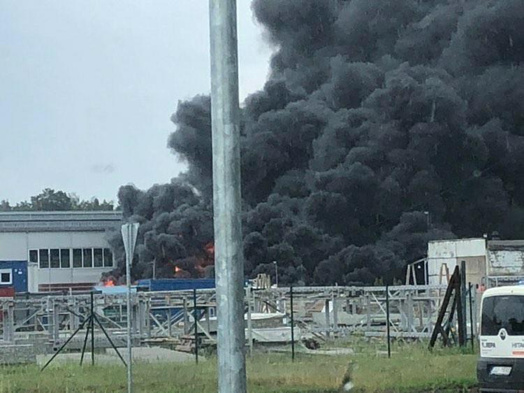 Melni dūmi cēlās no atkritumu ugunsgrēka Aconē