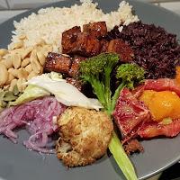 Svart risbowl med plock (tofu, kål m.m.)