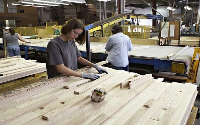 Pembuatan produk lantai kayu