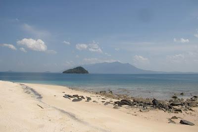 Pasir Putih, Air bening dan bebas samai membuat Talang Talang Island disukai Penyu