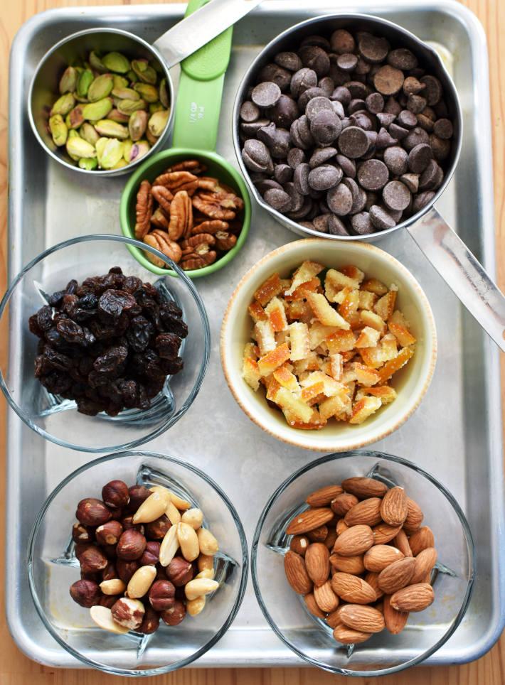 Nueces, frutas confitadas y chocolate para hacer tabletas