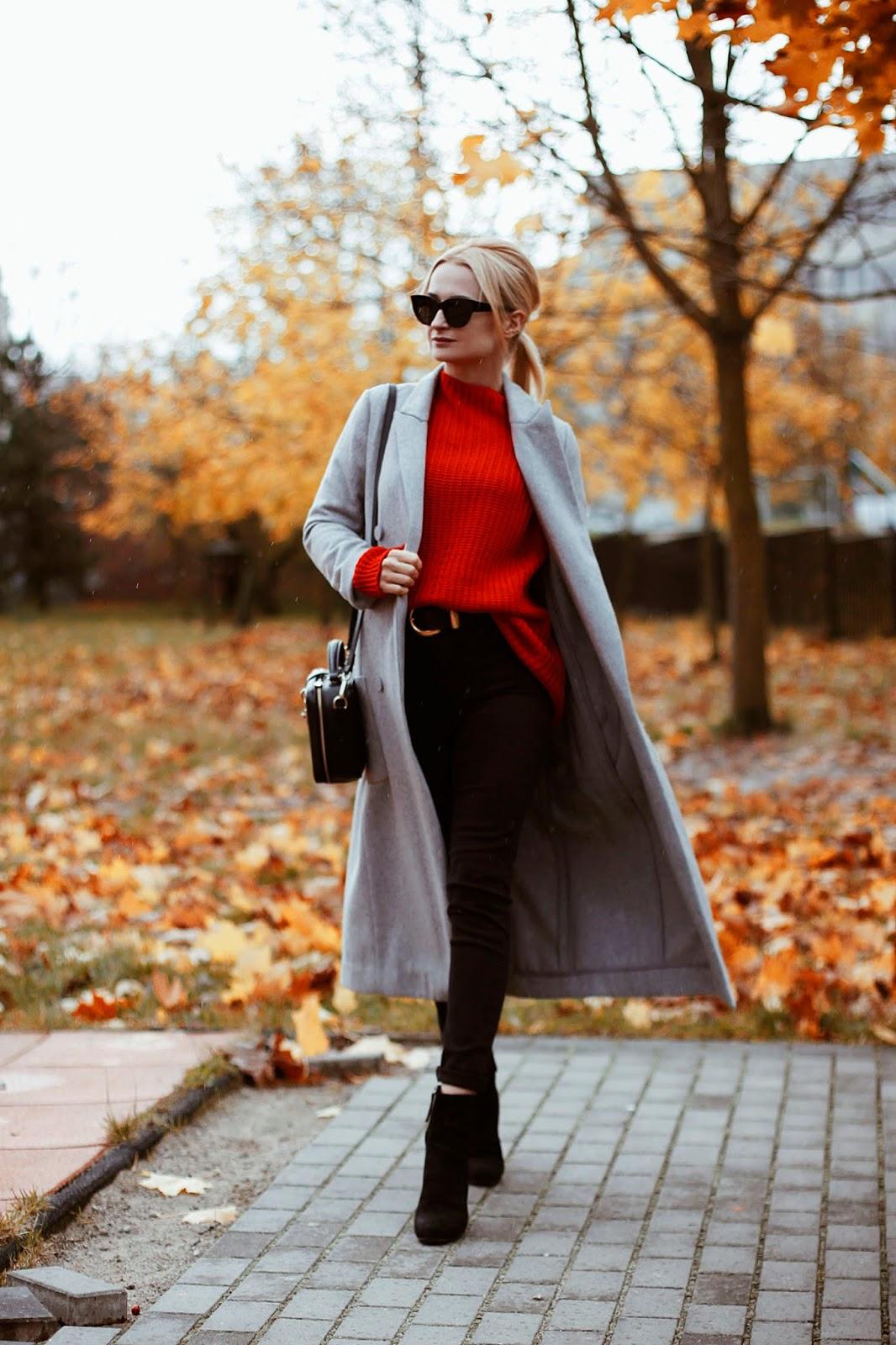 Czerwony sweter plus szary płaszcz