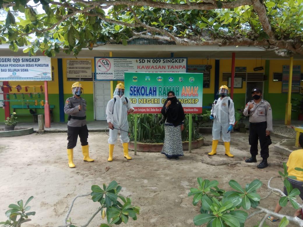 Kegiatan Belajar Tatap Muka Akan Dilakukan Polres Lingga Menyemprot Cairan  Desinfektan di Sejumlah Sekolah