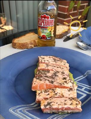 Tataki de salmón con crema de aguacate