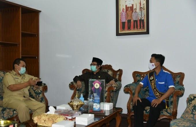 Plt Bupati Kyai Mukiq Serahkan Piagam Penghargaan Bidang Pengelolahan Sampah.