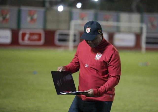 موسيماني يحاضر اللاعبين بالفيديو قبل انطلاق المران