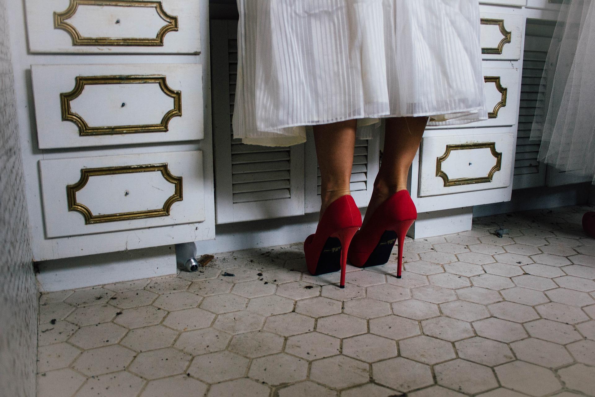 Jak dobierać i nosić buty na wysokim obcasie? Poradnik