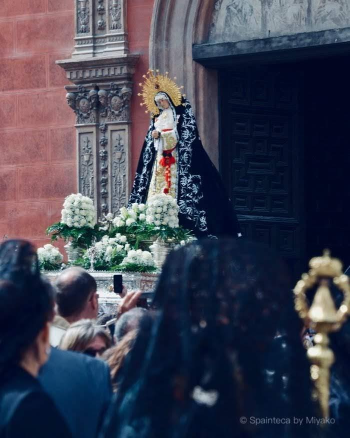 マドリードのセマナサンタで人々に担がれて教会を出発する聖母マリア像