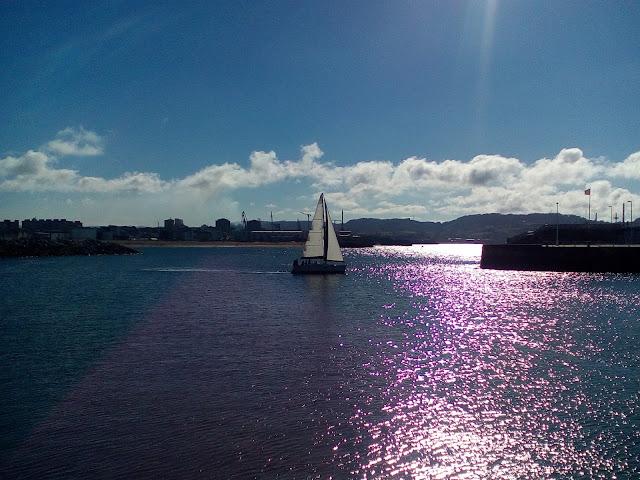 barco-atardecer-bahía-gijón