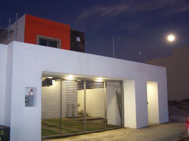 Fachadas minimalistas fachada minimalista con cochera doble for Puertas para casas minimalistas