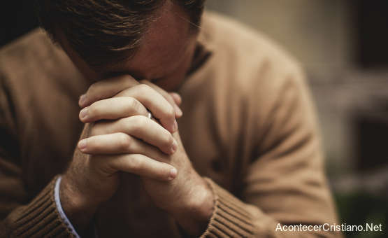Hombre orando recibe beneficios espirituales