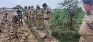 पुलिस अधीक्षक जालौन द्वारा कोंच में शव बरामद होने पर घटनास्थल का निरीक्षण किया                                                                                                                                                                         संवाददाता, Journalist Anil Prabhakar.                                                                                             www.upviral24.in