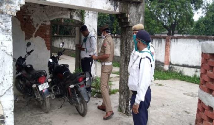 गाजीपुर: शुरू हुई पुलिसवालों के बाइक की चेकिंग, यातायात प्रभारी ने काटा चालान, मचा हड़कंप