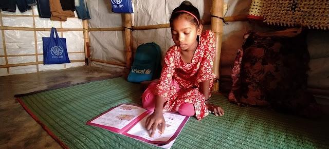 Shefuka, una niña de nueve años,  estudia en casa con el apoyo de su madre y su maestra en un campamento de refugiados Rohingya en el sur de Bangladesh. Su centro de educación del campamento está cerrado debido a la COVID-19..UNICEF/UNI340770/