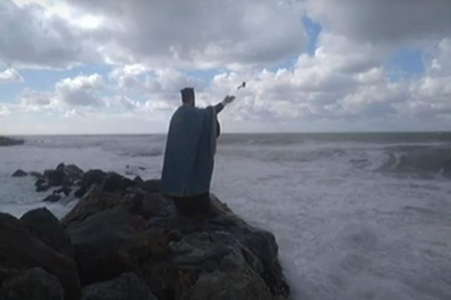 Ο ιερέας που αγιάζει ολομόναχος τα νερά στη Νότια Τουρκία