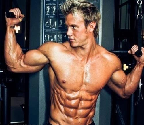Hombre musculoso con los abdominales muy marcados