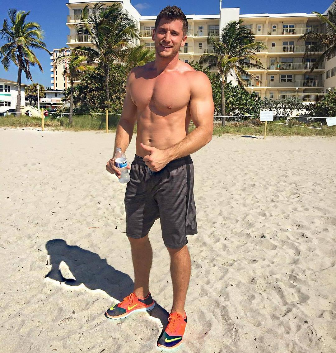 beefy-shirtless-beach-guys-smiling