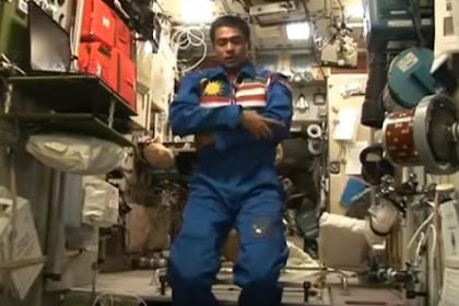 Subhanallah, Inilah Video Astronot Malaysia Sholat di Luar Angkasa