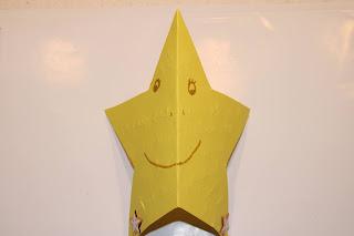 postal em forma de estrela, decorada com desenhos e autocolantes