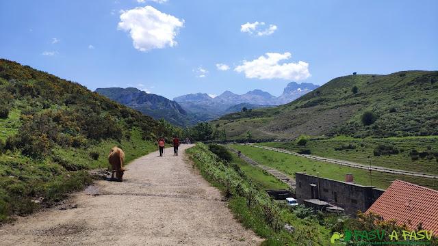 Lagos de Covadonga, sobre el Centro de Visitantes Marqués de Pidal