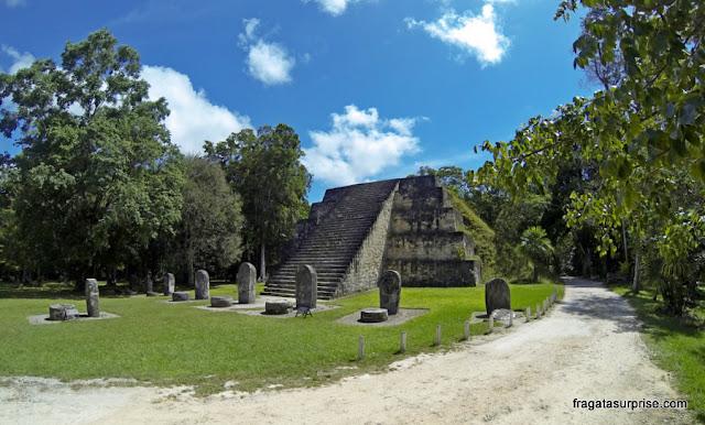 A Pirâmide Leste, em Tikal, Guatemala, estelas e altares
