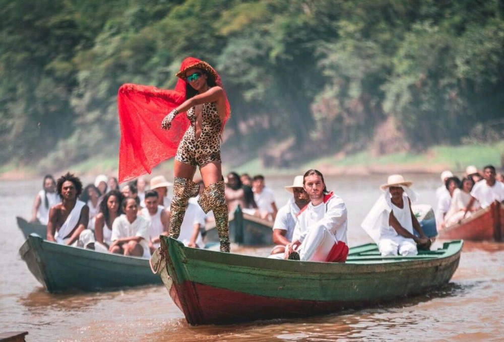 Anitta e Alesso no clipe de 'Is That For Me' (Foto: Divulgação)