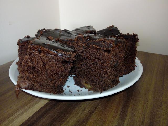 ciasto czekoladowe z czeresniami wilgotne ciasto czekoladowe ciasto z owocami szybkie ciasto czekoladowe ciasto z polewa czekoladowa