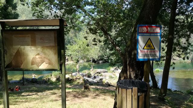 Placas de informação na praia fluvial do Cavadinho