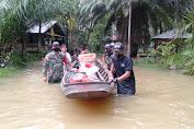 Satgas Yonif 642 Kapuas Bersama Polisi dan Pemerintah Desa Salurkan Bantuan Bagi Korban Banjir