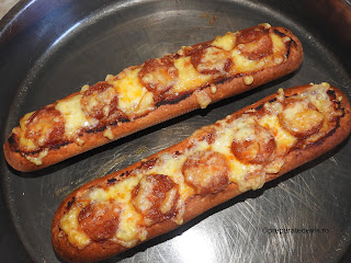 Pizza pe paine reteta snach pizza rapida de casa pe bagheta cu carnati picanti ardei iute cascaval afumat si ketchup retete culinare mancare stradala,