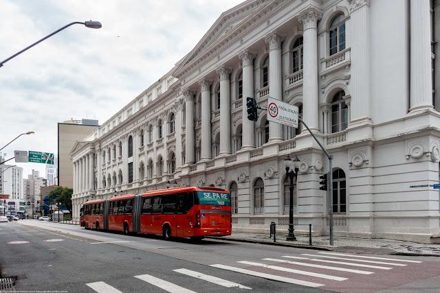 Fachada do prédio histórico da Universidade Federal do Paraná voltada para a Rua Presidente Faria