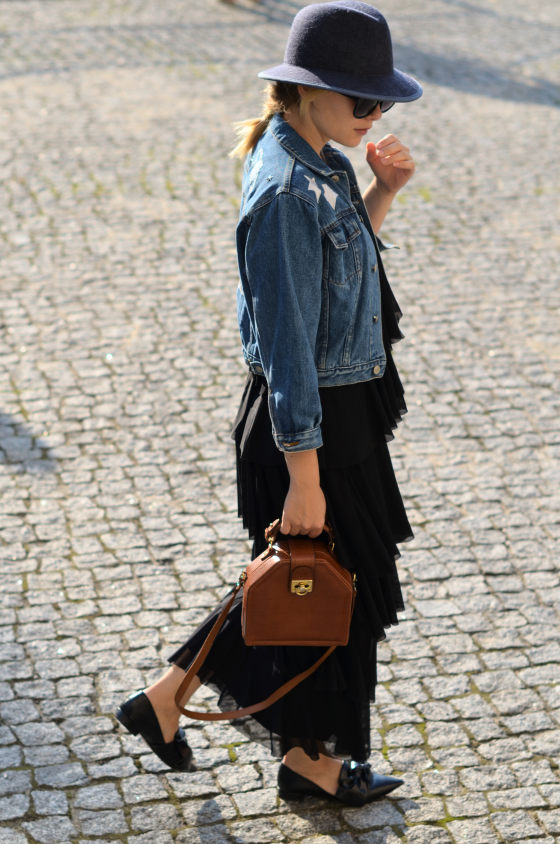 sukienka maxi falbany Zalando, kurtka jeansowa, kapelusz Tkmaxx, buty Zara i torebka vintage