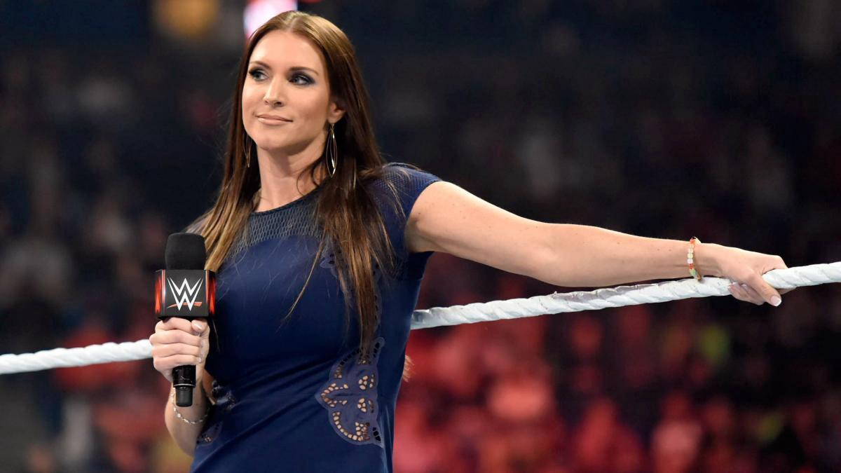 Stephanie McMahon confirma efeitos de pirotecnia impressionantes na volta dos shows ao vivo