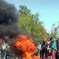 Tidak Terima Keputusan KPU Dompu, Pendukung SUKA Blokir Jalan dan Bakar Ban