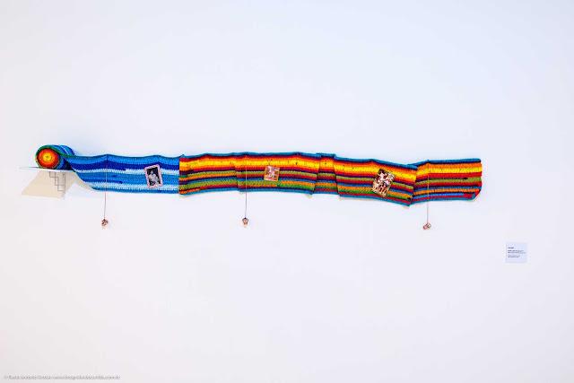 obra de arte feita com crochê e fotografias em esposição no museu