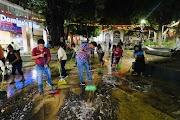 Lavan el Zócalo vendedores y trabajadores del Ayuntamiento