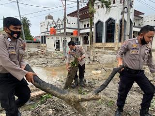 Personil Polres Luwu Utara Kembali Gotong Royong Bersihkan Puing Kayu Pasca Banjir Bandang