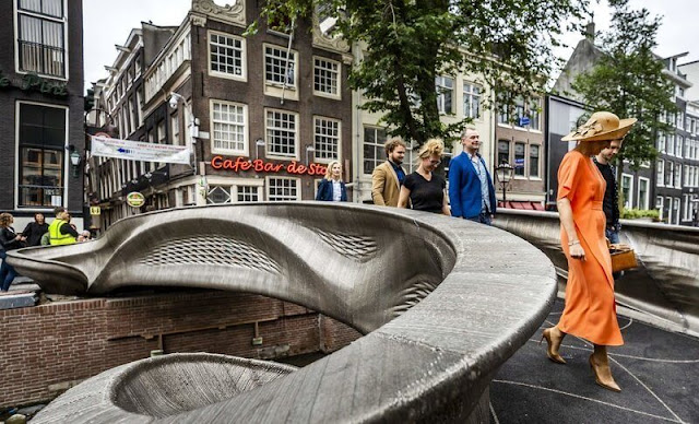 Queen Maxima wore a color dress from Natan. She opened a 3D-printed steel pedestrian bridge on the Oudezijds Achterburgwal