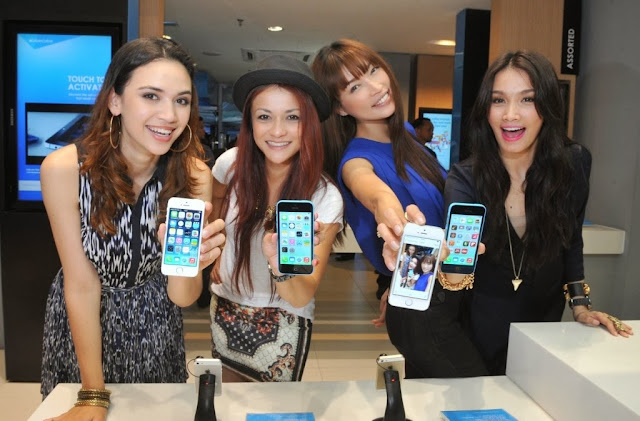 Celcom First, Celcom, iPhone 5s, iPhone 5c, Celcom Blue Cube, Sunway Pyramid, the cube, Diana Danielle, Sazzy Falak, Amber Chia, Scha Al-Yahya