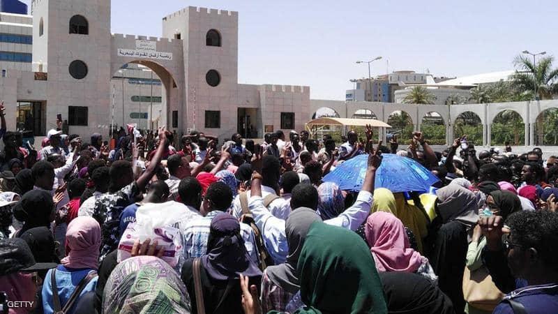 الرصاص الحي والغاز المسيل للدموع لفض اعتصام الخرطوم