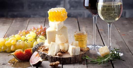 Идеальное сочетание - сухие терпкие красные вина, виноград.