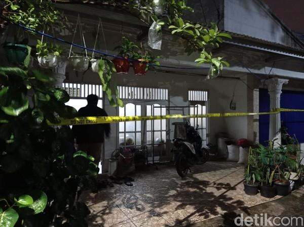 Rumah Terduga Penyerang Mabes Polri Zakiah Aini Digaris Polisi