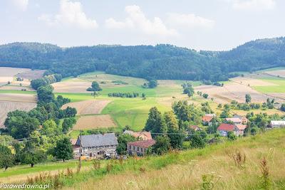Chrośnickie Kopy i Płoszczyna w dolinie Ochotnicy ze stoku Stromca