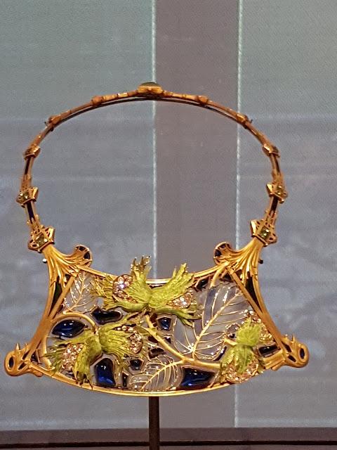 Collier Noisette —René LaliqueVers 1900 Or, diamants, émail, verre Paris, Musée des Arts Décoratifs
