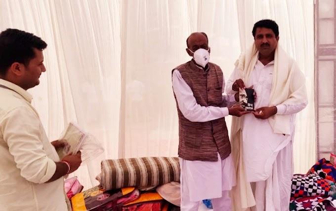 """मुस्लिम समुदाय के धर्मगुरु गाजी फकीर की पदवी  """"खलीफत- ए-पीर पगारा"""" मंत्री साले मोहम्मद को प्रदान की"""